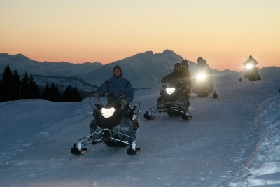 Avoscoot offers snowmobiles' rides supervised by two guides.